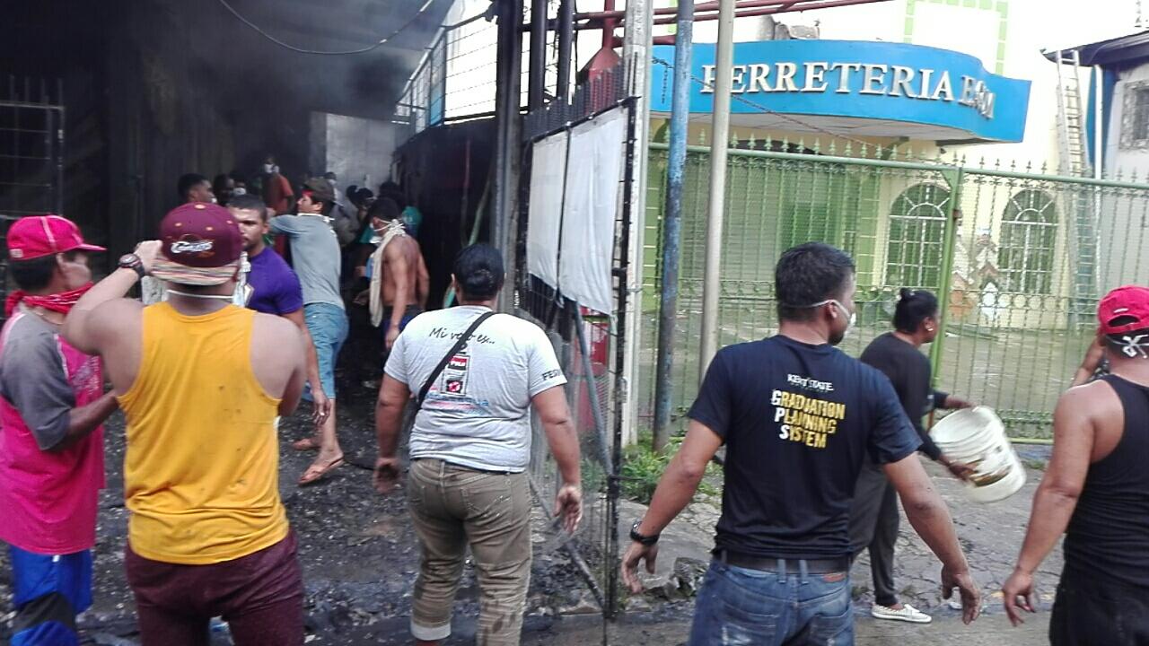 El incendio se originó en la Ferretería E.Com, de acuerdo al peritaje de los especialistas de la Dirección General de Bomberos.