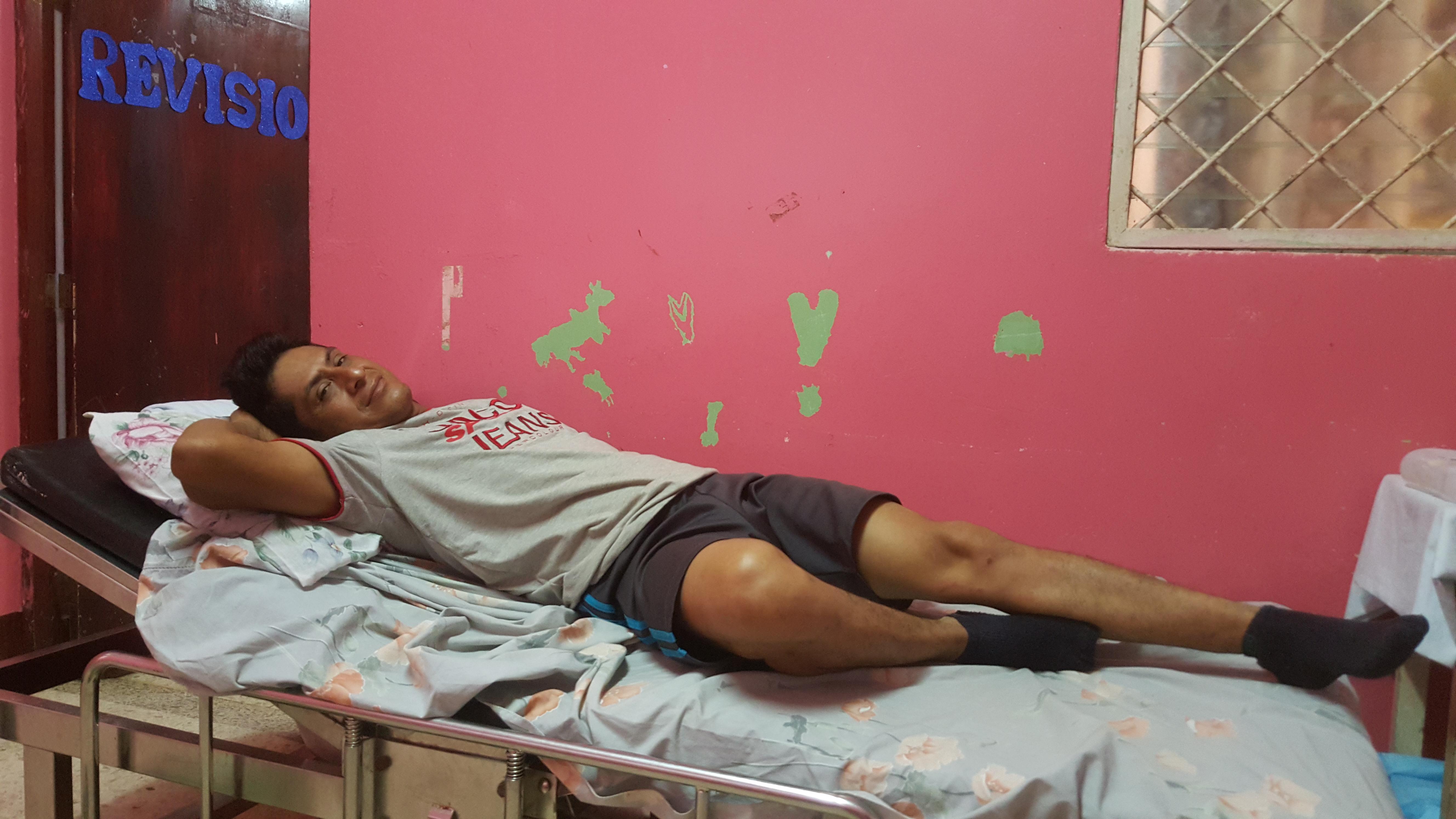 Marlon Rayo se recupera en la sala de emergencias del hospital Carlos Centeno de Siuna.