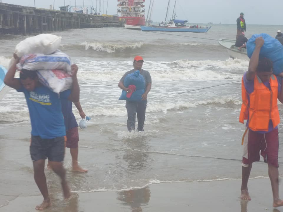 A pocas horas que el centro de la tormenta tropical NATE golpe directamente Bilwi continúa las labores de evacuación. Foto. Cortesía Radio Bilwi Stereo