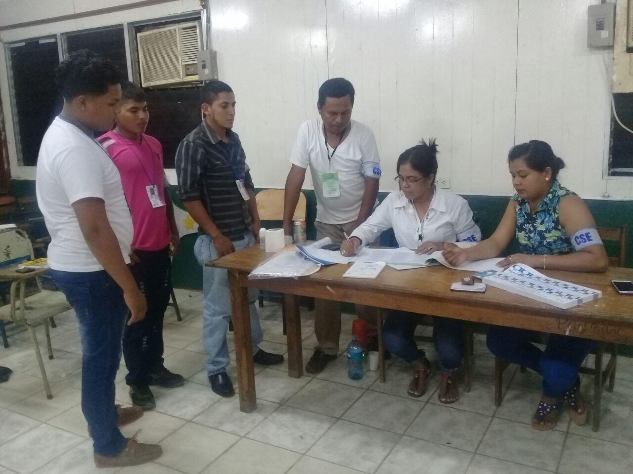El escrutinio ha iniciado en los diferentes Juntas Receptoras de Votos