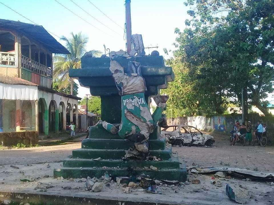 El indio ubicado en una de las vías principales de Bilwi fue derribado durante los disturbios.
