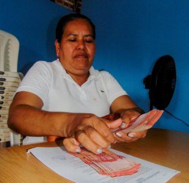 Gumercinda Loaisiga una productora organizada en el mercado campesino de Siuna, recibe un préstamo de los fondos gestionados por alcaldía municipal. CORTESÍA Marlon Pérez