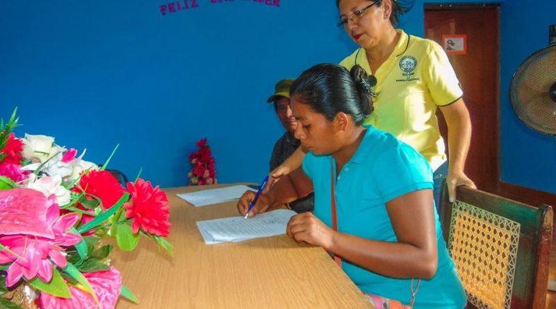 Este préstamo fortalece los pequeños negocios de las mujeres organizadas en el mercado campesino.