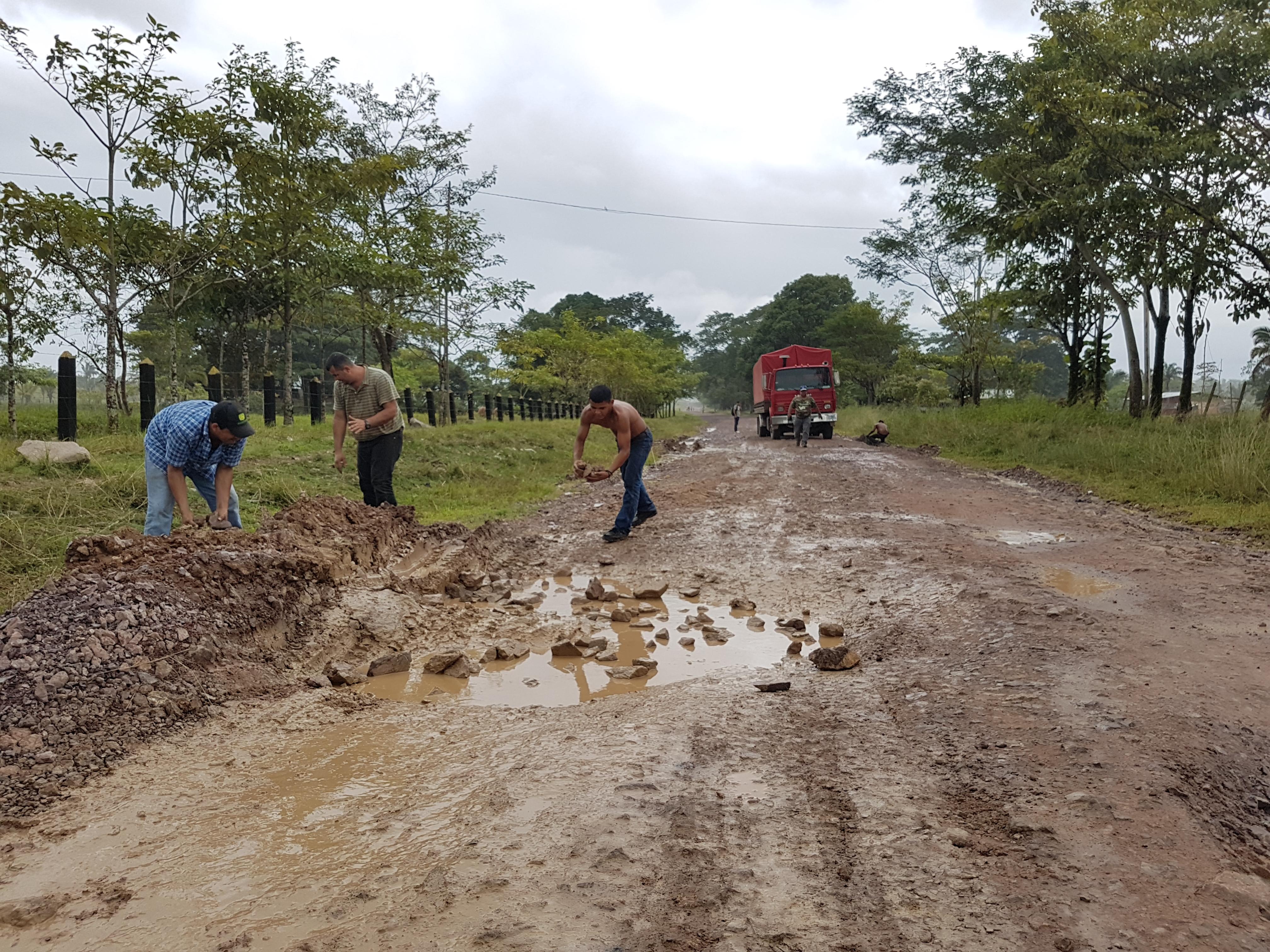 Transportistas han iniciado por cuenta propia a rellenar los grandes hoyos en la vía Siuna – Rosita, para prevenir que sus camiones se vuelquen o sufran daños mecánicos.