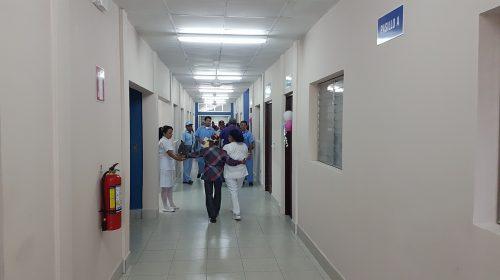 El nuevo edificio fue inaugurado por las autoridades de salud y gobierno, luego hicieron un recorrido por la moderna infraestructura.