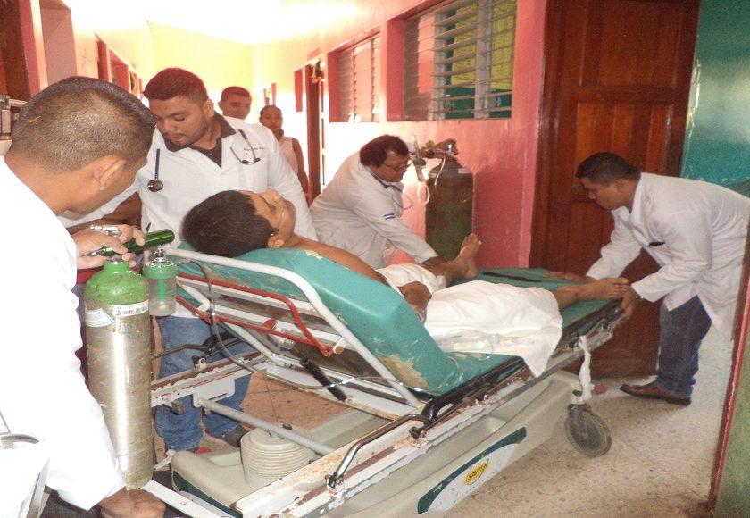 Los heridos mientras eran atendidos por personal del hospital Carlos Centeno de Siuna.