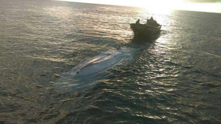 """La Fuerza Naval remolcó hasta Corn Island la lancha """"Ashly"""", la cual naufragó por el mal tiempo que impera en el caribe nicaragüense. CORTESÍA"""