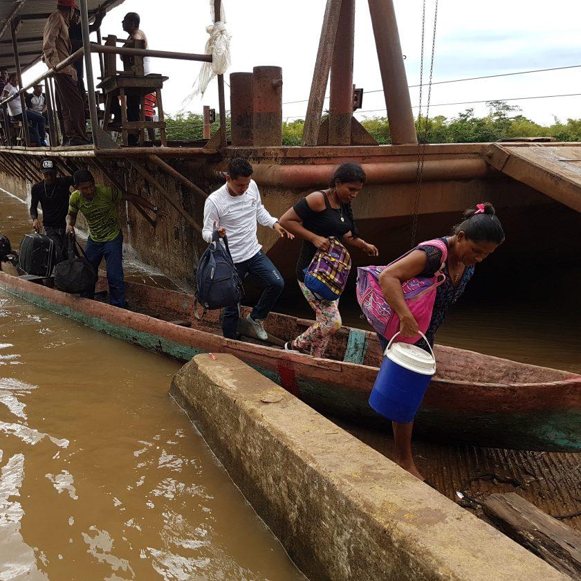 Los viajeros cruzaron el rio Wawa Boom, en pequeños botes de los comunitarios, con un precio de C$20.00