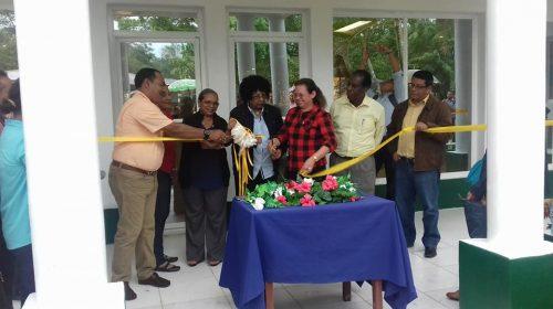 Las autoridades en compañía de la comunidad estudiantil, hicieron el corte de cinta del nuevo edificio.