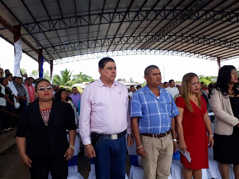 De Izquierda a derecha la vice alcaldesa de Siuna Primitiva Avendaña y el alcalde de Siuna Otilio Duarte, (camisa manga larga), el vice alcalde de Prinzapolka Miguel Angel Wingchang Amador y la alcadesa de esta municipio Maria Frodelina Bobb Flores.