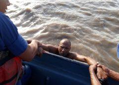 Dexter Hodgson al momento de ser rescatados por las tropas del Distrito Naval del Caribe, frente a la isla El Venado. CORTESÍA /RUS
