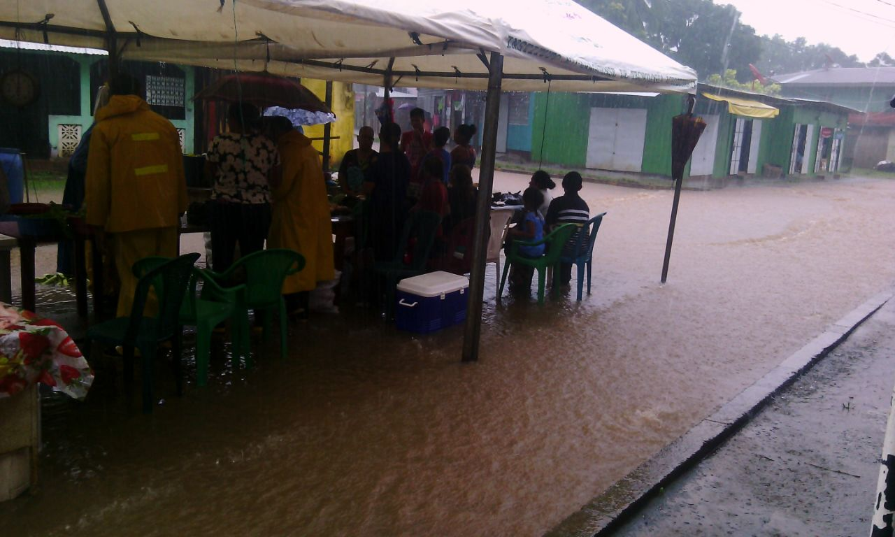 El sector del mercado municipal fue afectado por las lluvias